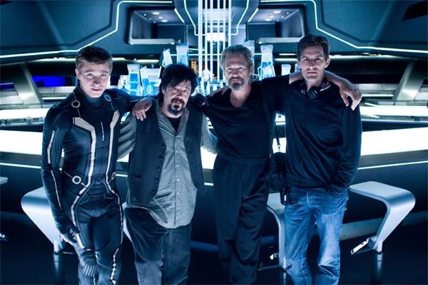 Il regista Joseph Kosinski sul set di Tron Legacy tra Sam Flynn e Jeff Bridges