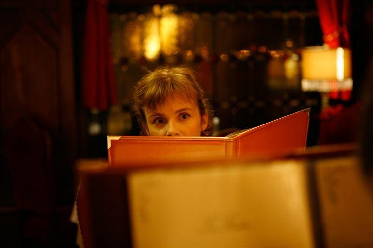 Isabelle Carré in una scena del film Les émotifs anonymes