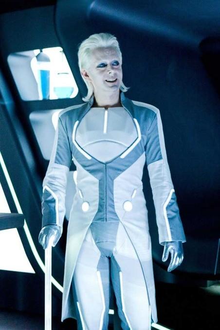Michael Sheen nei panni di Zuse nel film Tron Legacy