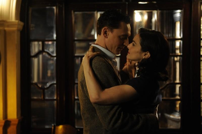 Rachel Weisz e Tom Hiddleston in una romantica scena di The Deep Blue Sea