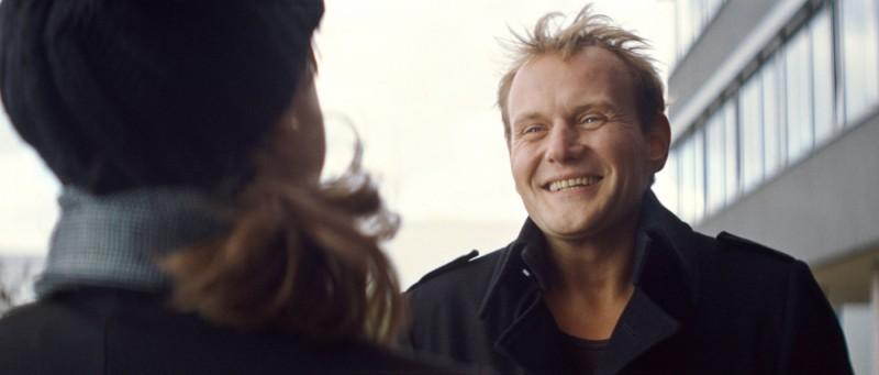 Devid Striesow in una scena del film Drei di Tom Tykwer