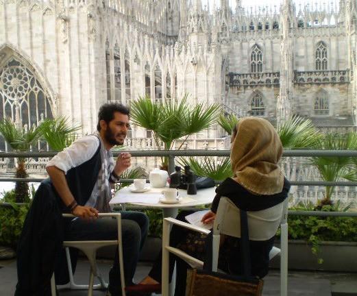 Mehdi Mahdloo in una scena della commedia Che bella giornata
