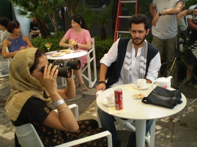 Nahiha Akkari e Mehdi Mahdloo in una scena della commedia Che bella giornata