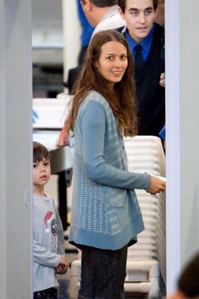 Amy Acker si prepara a partire dal Los Angeles International Airport con suo marito e i suoi figli