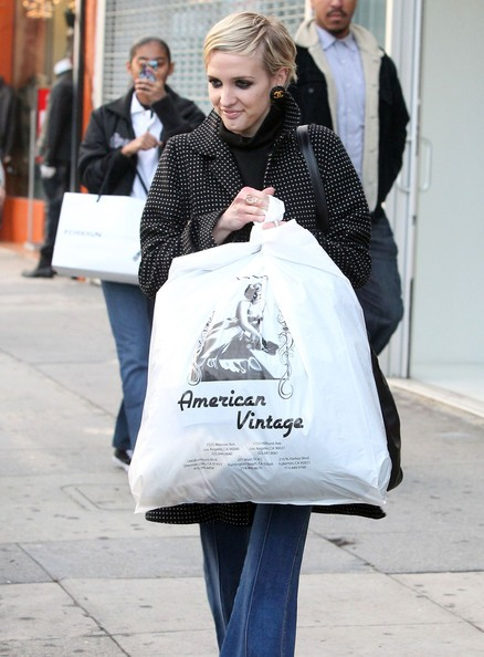 Ashlee Simpson-Wentz durante qualche spesa dell'ultimo minuto a Kidrobot in West Hollywood