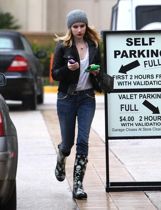 Emma Roberts per le strade di Beverly Hills