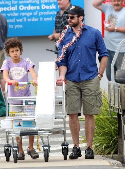 Hugh Jackman con i figli da Oscar & Ava to Bunnings Hardware store in Melbourne