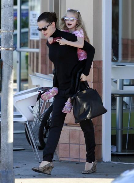 Jennifer Garner porta Violet da Menchies in Santa Monica, per un frozen yogurt