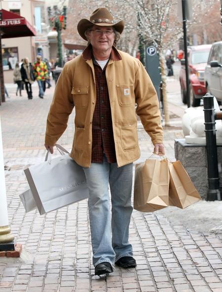 Kurt Russell fa alcuni regali natalizi dell'ultimo minuto ad Aspen, il 23 dicembre 2010