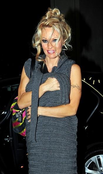 Pamela Anderson arriva al suo albergo