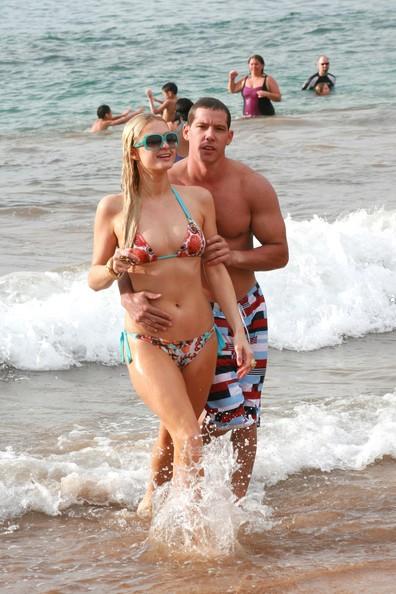 Paris Hilton e il fidanzato tra le onde sulla spiaggia di Maui
