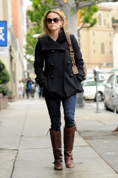 Reese Witherspoon si ferma presso un edificio di Century City