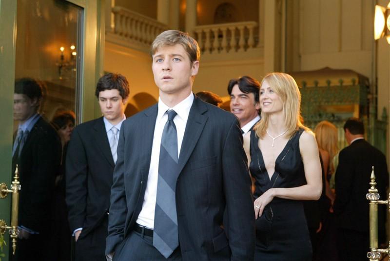 Adam Brody, Benjamin McKenzie, Peter Gallagher e Kelly Rowan in Orange County di The O.C.