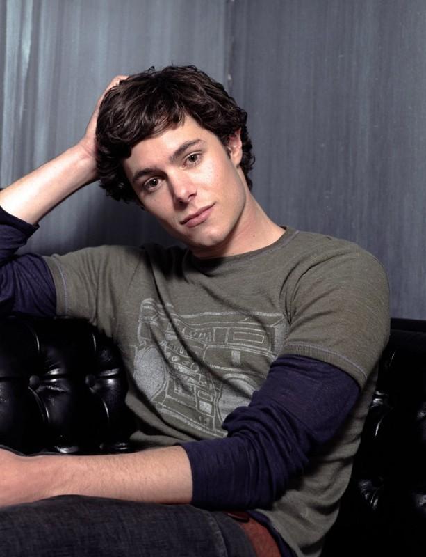 Adam Brody in una foto promozionale della serie tv The O.C.
