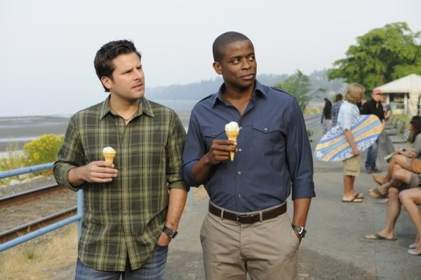 Dulé Hill e James Roday in una scena dell'episodio One, Maybe Two, Ways Out di Psych