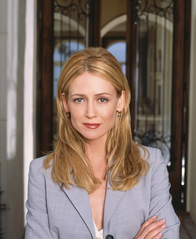 Kelly Rowan in una foto promozionale per la serie tv The O.C.