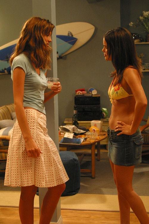 Marissa (Mischa Barton) parla con Summer (Rachel Bilson) nell'episodio Il nascondiglio perfetto di The O.C.