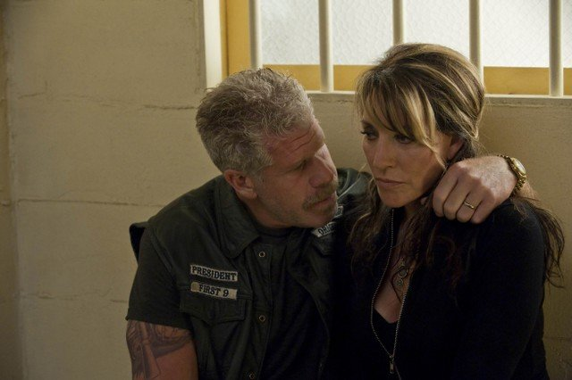 Ron Perlman e Katey Sagal in Sons of Anarchy nell'episodio NS