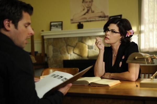Sherilyn Fenn e James Roday nell'episodio Dual Spires di Pych, omaggio a Twin Peaks