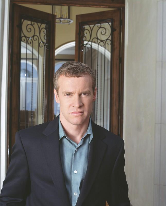 Tate Donovan in una foto promozionale per la serie tv The O.C.