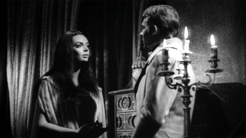 Barbara Steele con Georges Rivière in una scena del film Danza Macabra