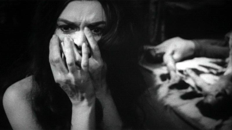Barbara Steele spaventata in una sequenza del film Danza Macabra
