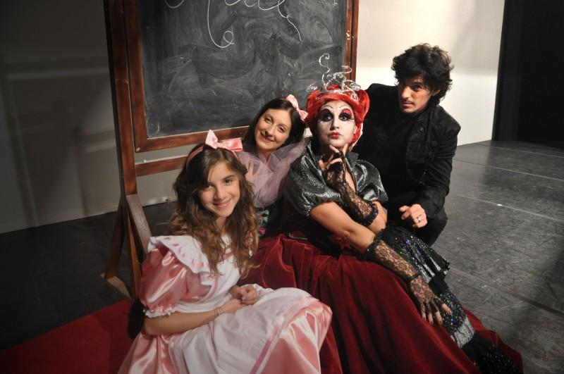 Il cast del musical Alice nel paese delle meraviglie: Angelica Cinquantini, Laura Galigani, Roberta Faccani e Antonio Casanova
