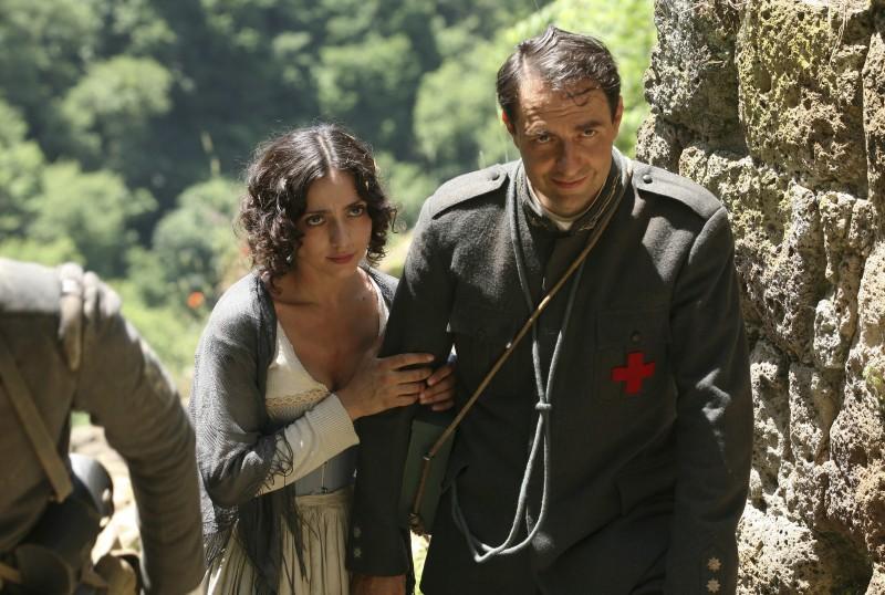 Ambra Angiolini e Neri Marcorè in una scena della miniserie Eroi per caso