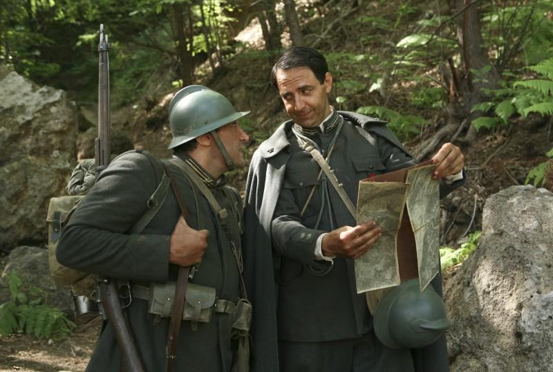 Flavio Insinna e Neri Marcorè in una scena della miniserie Eroi per caso