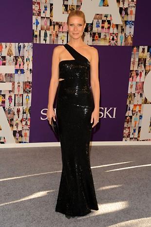 Gwyneth Paltrow in una creazione geometrica di Michael Kors durante la CFDA Fashion Awards in New York nel 2010