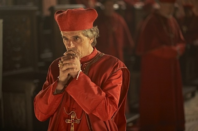 Jeremy Irons è Rodrigo Borgia in una scena della serie The Borgias