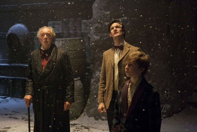 Michael Gambon, Matt Smith e Laurence Belcher in una scena dello speciale natalizio A Christmas Carol di Doctor Who