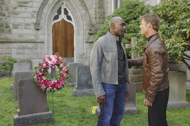 Morris Chestnut e Joel Gretsch in una scena dell'episodio Red Rain, premiere della stagione 2 di V