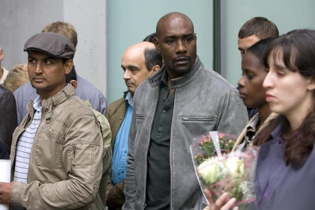 Morris Chestnut in una scena dell'episodio Serpent's Tooth di V