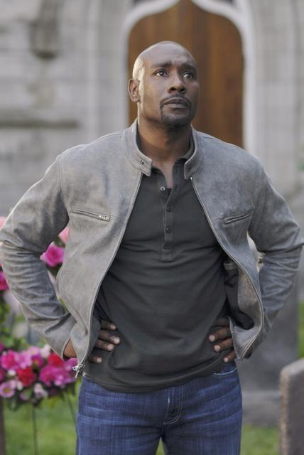 Morris Chestnut nell'episodio Red Rain, premiere della stagione 2 di V