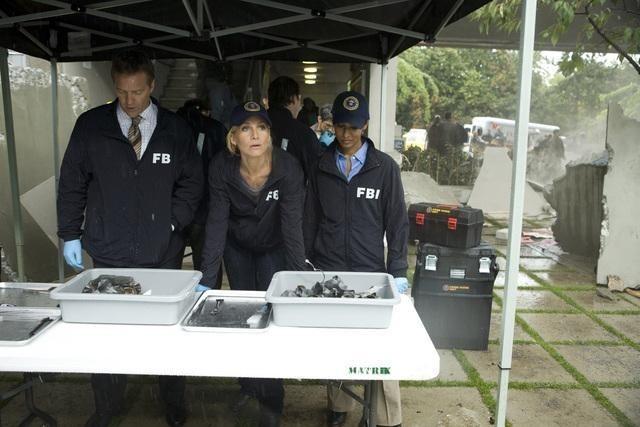 Roark Critchlow, Elizabeth Mitchell e Rekha Sharma nell'episodio Serpent's Tooth di V
