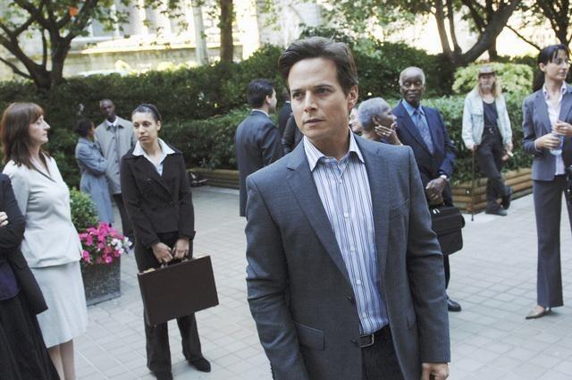 Scott Wolf nell'episodio Red Rain, premiere della stagione 2 di V