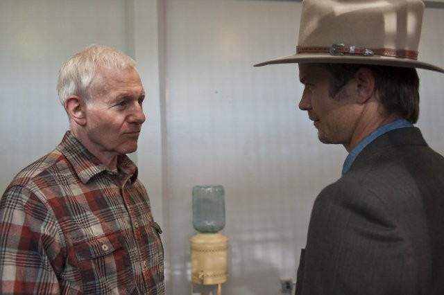 Timothy Olyphant e Raymond J. Barry nell'episodio The Lord of War and Thunder di Justified