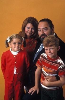 Un'immagine promozionale della serie Tre nipoti e un maggiordomo