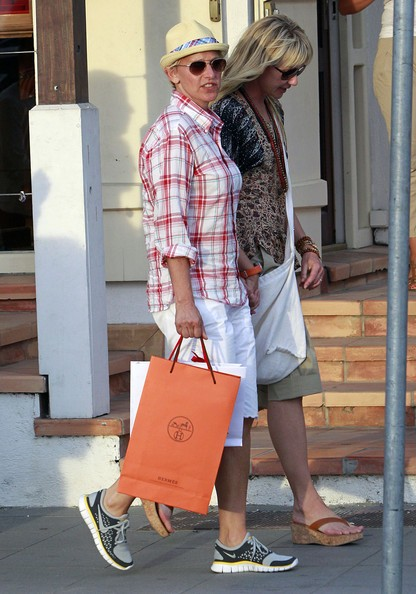 Ellen DeGeneres e Portia de Rossi girano per negozi, durante la vacanza a St. Barts