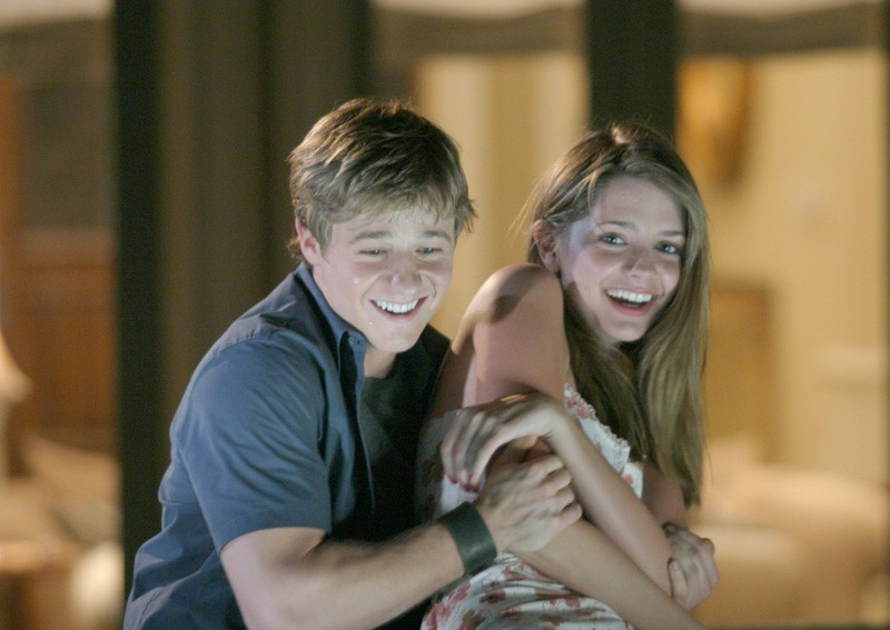 Benjamin McKenzie e Mischa Barton in un momento dell'episodio L'outsider di The O.C.