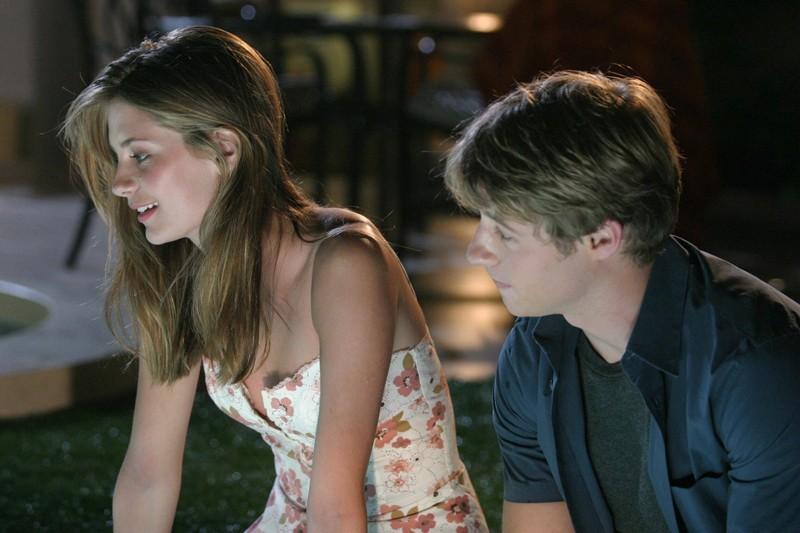 Marissa (Mischa Barton) e Ryan (Benjamin McKenzie) nell'episodio L'outsider di The O.C.