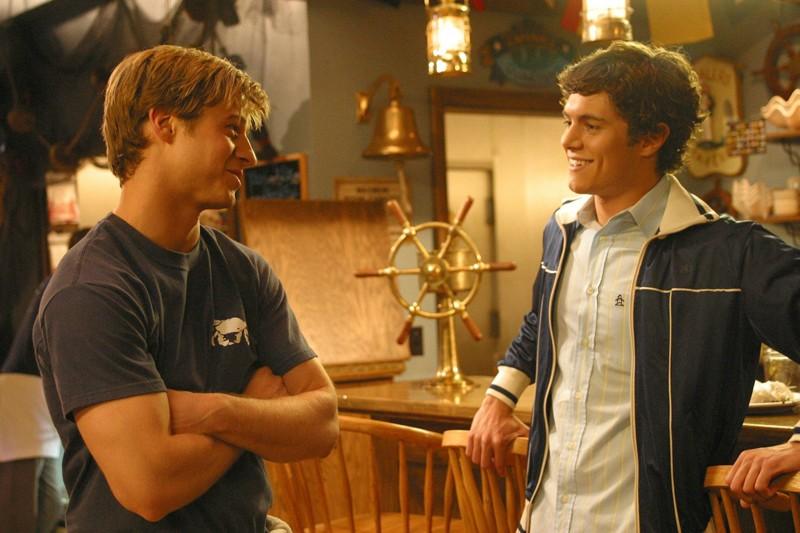 Ryan (Benjamin McKenzie) e Seth (Adam Brody) al Crab Shack in L'outsider di The  O.C.: 188276 - Movieplayer.it