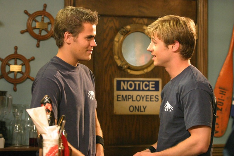 Ryan (Benjamin McKenzie) parla col collega Donnie (Paul Wesley) in L'outsider di The O.C.