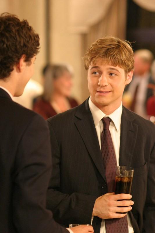 Seth (Adam Brody) e Ryan(Benjamin McKenzie) nell'episodio Una casa sicura di The O.C.