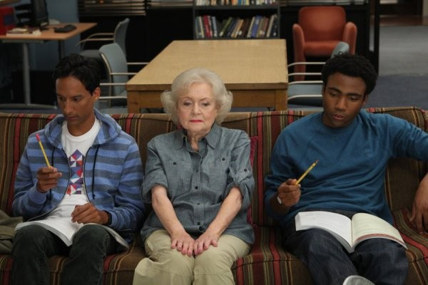Betty White, Danny Pudi e Donald Glover nell'episodio Anthropology 101 di Community