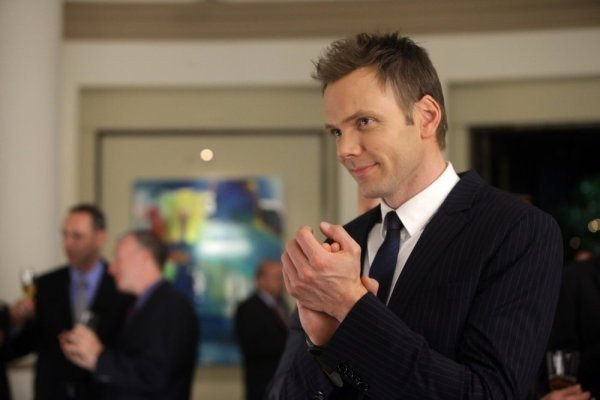 Joel McHale nell'episodio The Psychology of Letting Go di Community