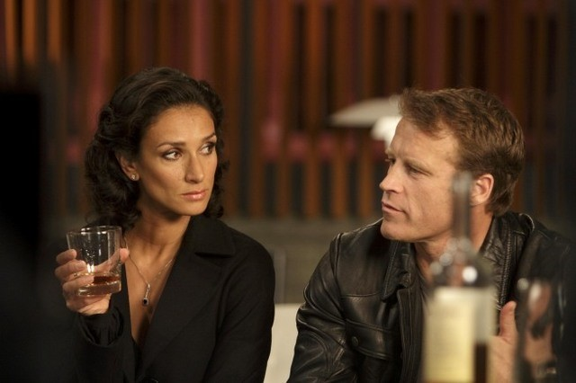 Mark Valley ed Indira Varma nell'episodio The Other Side of the Mall di Human Target