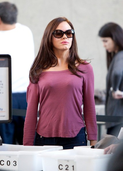 Rose McGowan si prepara a partire dal Los Angeles International Airport