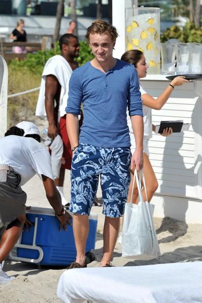 Tom Felton e la fidanzata Jade Olivia si dirigono verso la spiaggia a Miami